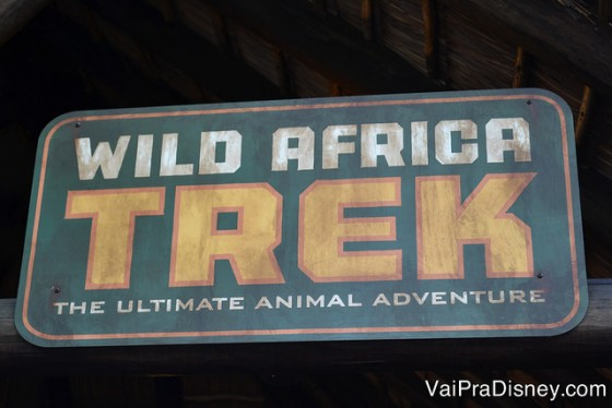 Foto da placa indicando o Wild Africa Trek, o tour pelo backstage do safari do Animal Kingdom na Disney
