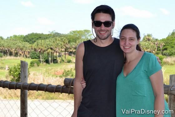 Foto da Renata e do Felipe abraçados, com a savana do Animal Kingdom ao fundo