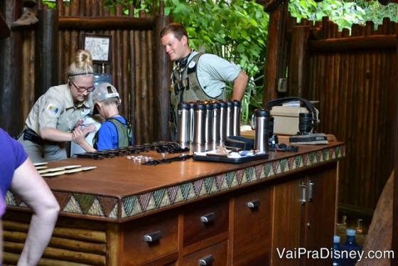 Os guias ajudando uma criança a colocar as roupas e equipamentos para o Wild Africa Trek.