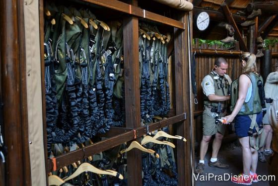 Foto dos equipamentos de segurança que os visitantes vestem antes de partir no Wild Africa Trek