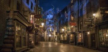 Foto do Beco Diagonal todo iluminado à noite na Universal Studios Orlando