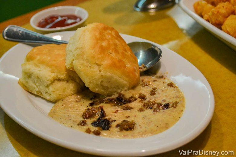 Foto de um pão com gravy em um prato fundo no café da manhã