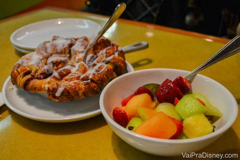 Um pão doce e salada de frutas no café da manhã do Garden Grill