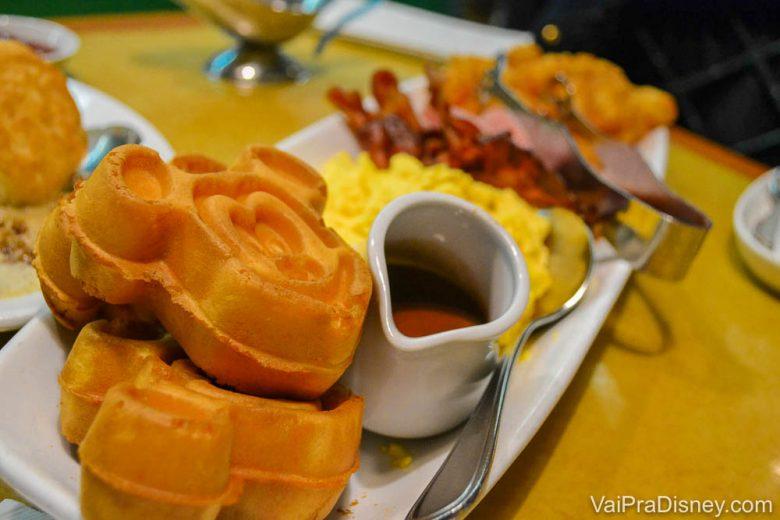 Foto do café da manhã do Garden Grill, com waffles do Mickey, calda, ovos mexidos e bacon