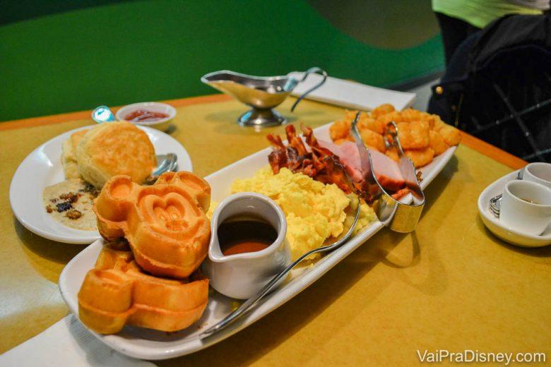Foto de todos os pratos do café da manhã do Garden Grill