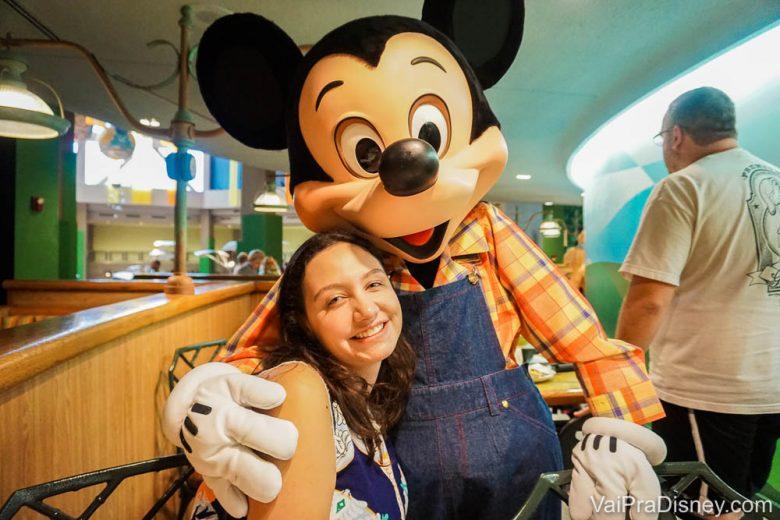 Foto da Renata abraçada ao Mickey Fazendeiro no Garden Grill