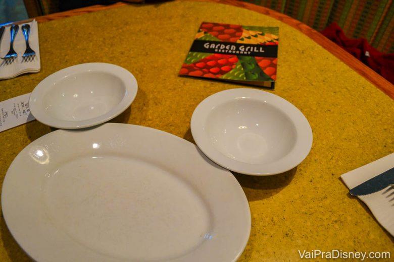 Foto da mesa do Garden Grill, com dois pratos pequenos e um grande formando as orelhas do Mickey