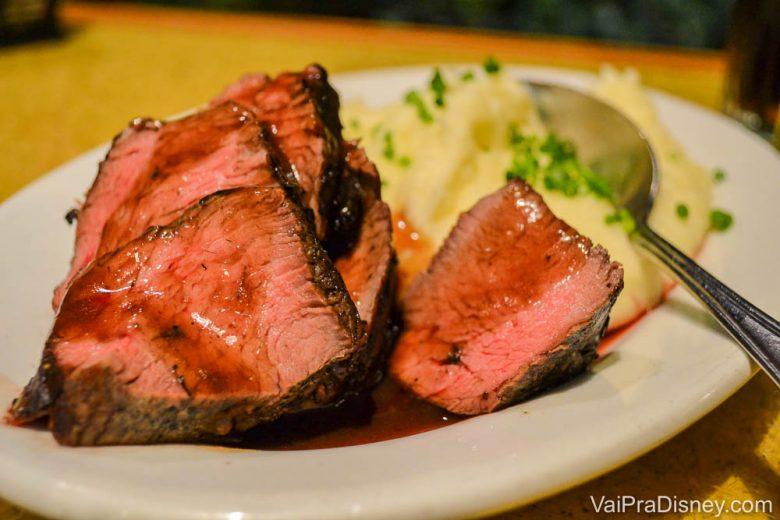 Foto de uma carne acompanhada de purê de batata no Garden Grill