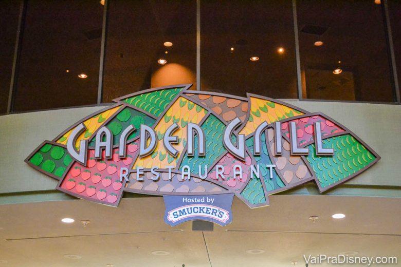 Foto da placa na entrada do Garden Grill, estampada com recortes coloridos.