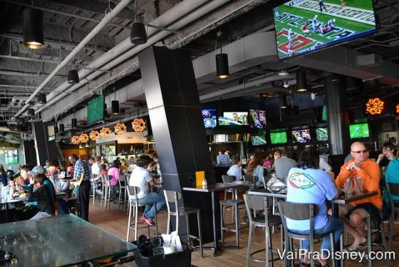 Foto da área do bar do NBC Sports Grill & Brew.