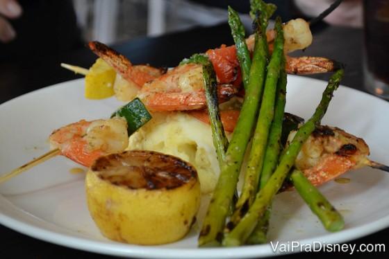 Foto do prato no restaurante,  camarão com limão, aspargos e purê de batata
