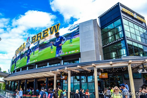 Foto do exterior do bar e restaurante NBC Sports Grill & Brew, no CityWalk da Universal, com sua tela gigante embaixo do letreiro.