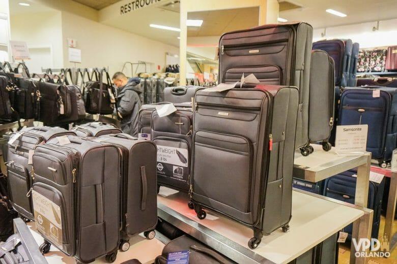 Quem vai comprar uma mala nova na viagem pra trazer as compras precisa ficar atento! Foto de um conjunto de malas marrons à venda em uma loja