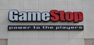 """Foto da entrada da Game Stop em Orlando. A placa tem a palavra """"Game"""" escrita em branco e """"Stop"""" escrita em vermelho."""