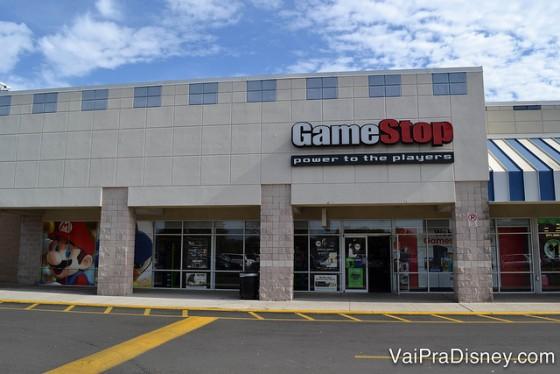"""Foto da fachada da loja Game Stop em Orlando. A placa tem a palavra """"Game"""" escrita em branco e """"Stop"""" escrita em vermelho."""