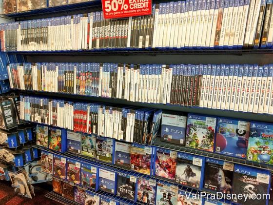 Vai dizer que a Game Stop não parece uma videolocadora? Foto das prateleiras repletas de jogos à venda na Game Stop