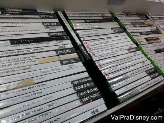 Jogos na Game Stop. Uma variedade gigante de títulos. Foto de pilhas de jogos para Xbox à venda na Game Stop