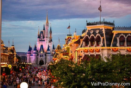 100 dicas em 100 dias: o Magic Kingdom ao anoitecer, com a Main Street já iluminada e o castelo da Cinderela ao fundo