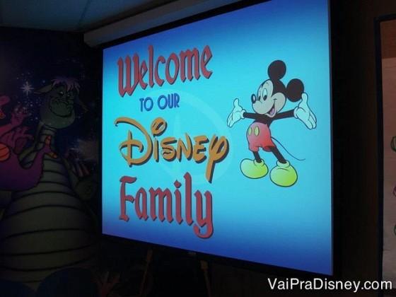 """Foto de uma placa com o Mickey que diz """"Welcome to our Disney Family"""""""