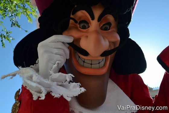 Foto do Capitão Gancho de perto durante a parada do Magic Kingdom