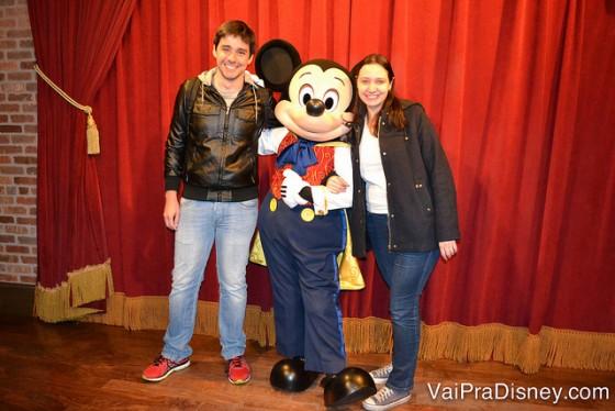 100 dicas em 100 dias: foto da Renata e do Felipe com o Mickey no Town Square Theater, o melhor lugar para encontrar o Mickey