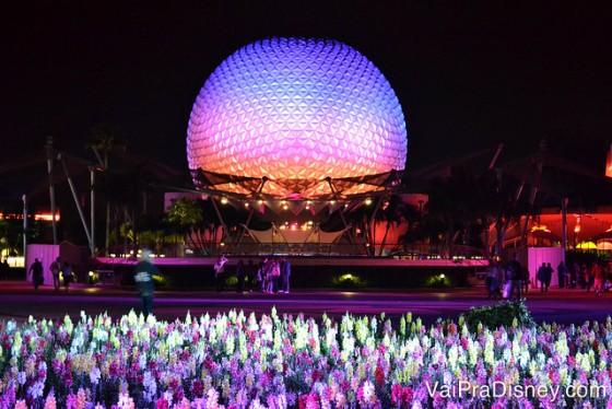 A Spaceship Earth fica ainda mais bonita durante a noite.