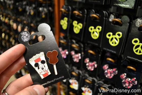 Foto de pins em diversos modelos, como sorvete do Mickey e pipoca