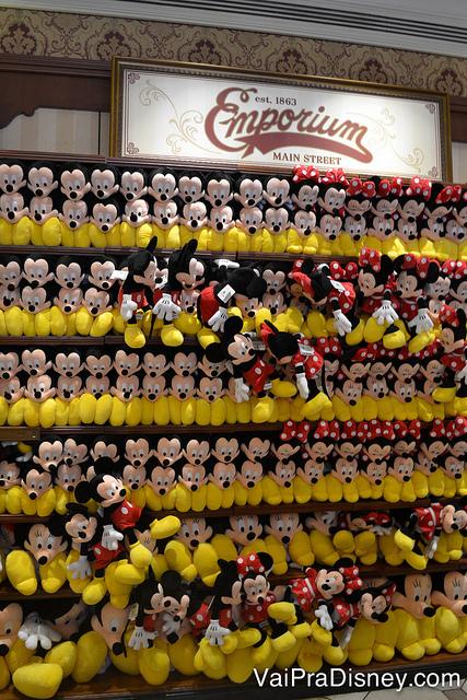 100 dicas em 100 dias: foto das pelúcias do Mickey e da Minnie na loja Emporium