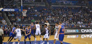 Foto dos jogadores na quadra durante uma partida da NBA em Orlando
