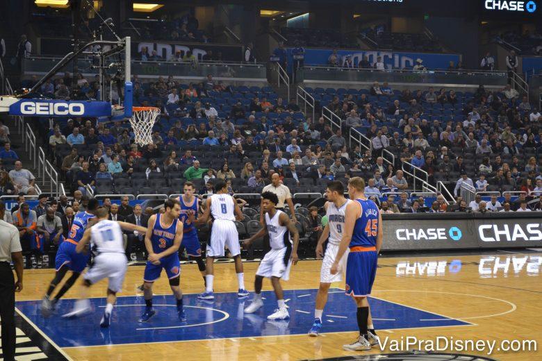 Foto dos jogadores durante uma partida de basquete da NBA no Amway Center, em Orlando