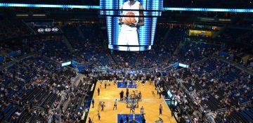 Foto dos jogadores, da quadra, das arquibancadas e do telão durante uma partida de basquete da NBA no Amway Center, em Orlando