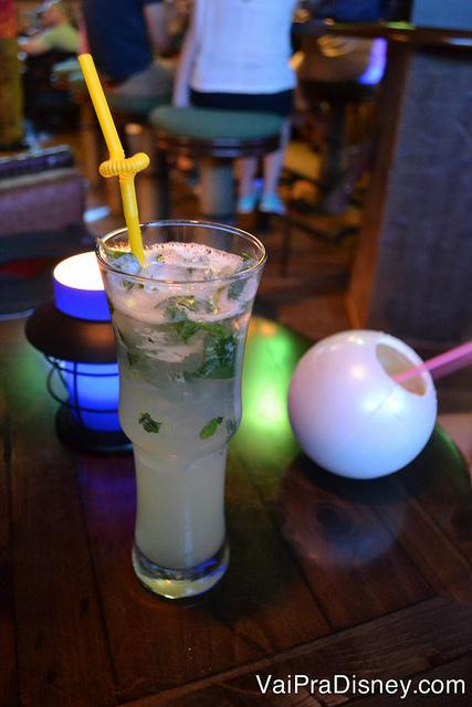 Foto de um dos drinques do Trader Sam's, com hortelã e gelo