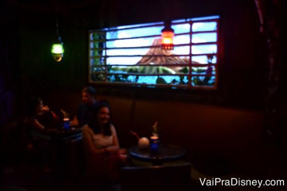 Foto do Trader Sam's por dentro, com iluminação baixa e lustres diferentes
