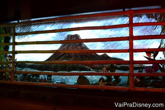 Dependendo do que você pede, a paisagem em um painel da parede muda de um tempo tranquilo para chuvas, vulcão em erupção e por aí vai.