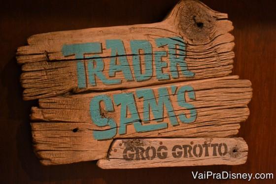 Foto da placa do Trader Sam's Grog Grotto, o bar escondido com referências às atrações que fica no hotel Polynesian