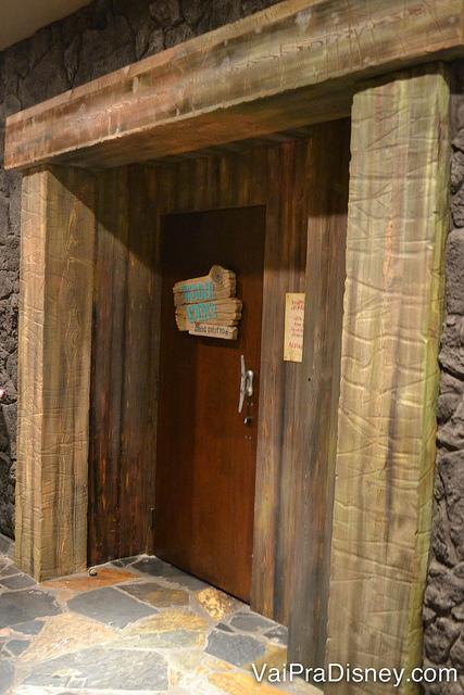 Foto da portinha escondida no Polynesian que dá para o Trader Sam's Grog Grotto