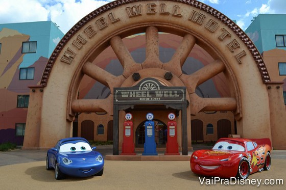 Foto da decoração na área de Carros do hotel Art of Animation, com os personagens do filme em frente ao posto de gasolina