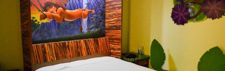Os hotéis da Disney te fazem se sentir no clima da Disney 24 horas por dia, mas são mais caros. Avalie se isso vale a pena. E se achar que vale, lembre-se que os quartos mais distantes da recepção ou com uma vista menos bonita podem ser bem mais baratos.