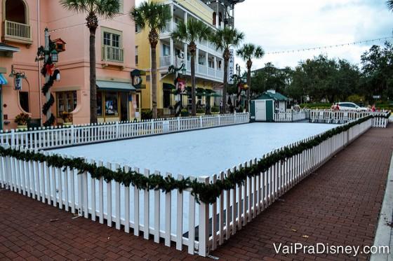 Pista de patinação montada na época do natal. As crianças se divertem!