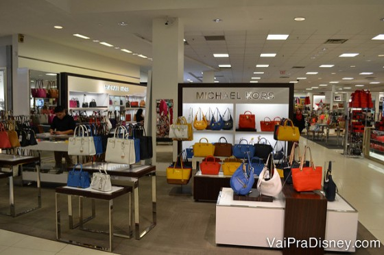 As bolsas da Michael Kors são encontradas tanto na loja da marca no Florida Mall como nas lojas multimarcas (como a Macy's).