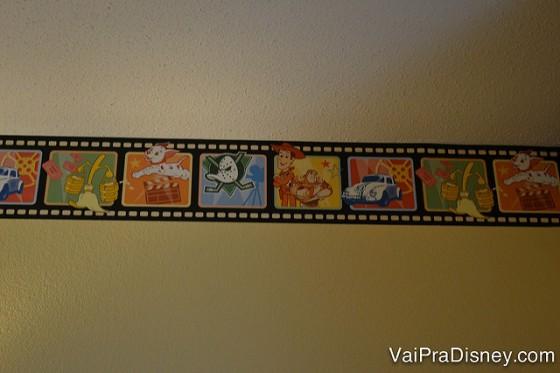 Por dentro, a decoração é mais discreta e fica em pequenos detalhes, como essa faixinha na parede.