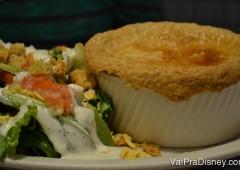 Um dos pratos que mais gosto no Perkins quando está frio: Chicken Pot Pie com salada.