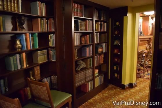 Um dos ambientes do Skipper Canteen, imitando uma biblioteca