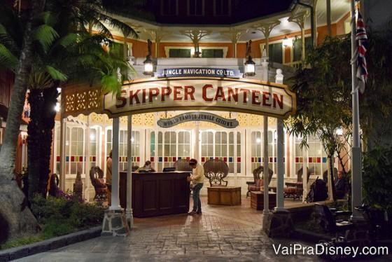 Foto da placa e da entrada do Skipper Canteen, restaurante inspirado na atração Jungle Cruise no Magic KIngdom