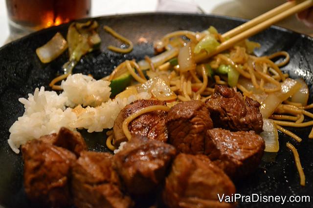 Foto da carne no prato da Renata, acompanhada de arroz e macarrão