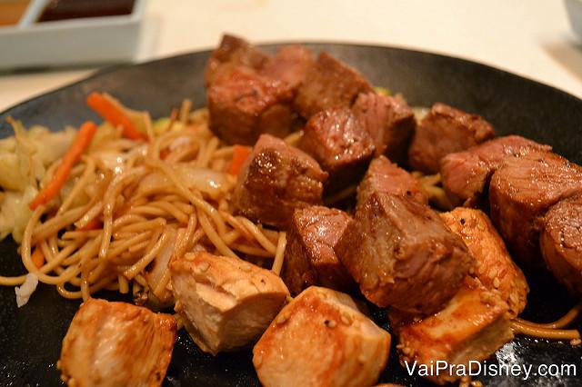 O Felipe pediu carne e frango, nessa visita ainda com o macarrão estilo Yakissoba