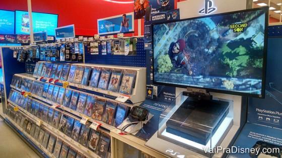 Foto de uma televisão de de jogos de videogame à venda em uma loja. Carregar os eletrônicos na bagagem de mão é sempre mais seguro!