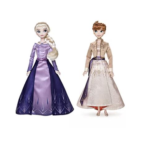 Foto das novas bonecas da Elsa e da Anna, já com as roupas do novo filme,  que estão à venda nas lojas da Disney