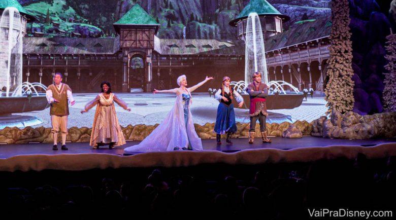 E elas só aparecem juntas no final mesmo. Foto do palco na atração First Time in Forever: A Frozen Sing-Along Celebration mostrando as princesas e os outros personagens