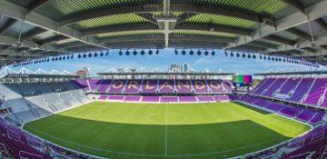 Foto do estádio do Orlando City Soccer, com as arquibancadas na cor roxa do time.